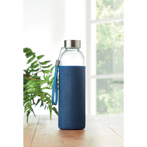 Vandflaske-i-glas-med-logo-på-sleeve-Utah-denim